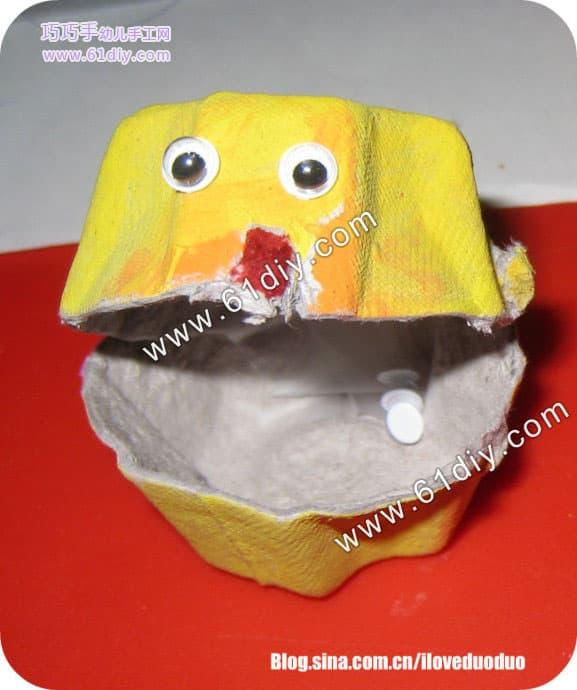 (cardboard egg carton),颜料(acrylic paints),刷子(paintbrushes),手工用的可以黏贴的眼睛(Googly eyes), 胶水(glue), 剪子(scissors) 做法: 先给鸡蛋盒染色  那个做手工的眼睛见下图  等染料干了以后把染好的鸡蛋杯一个一个地剪下来(这个比较不容易剪,小一点的孩子要家长帮助),然后贴上眼睛.