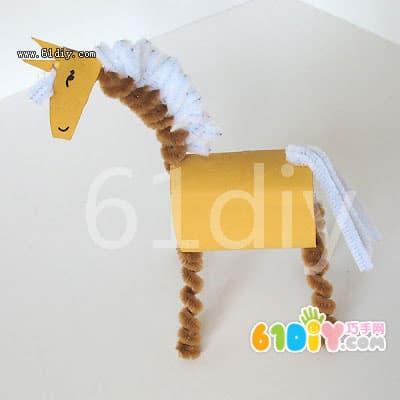 ,涂上颜色   马头的制作  脖子和马腿的制作(在笔芯上缠绕出卷曲效果)  脖子上加上一些鬃毛(白色