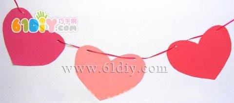 简简单单的不同颜色的爱心用丝带穿起来,也显得很漂亮哦.
