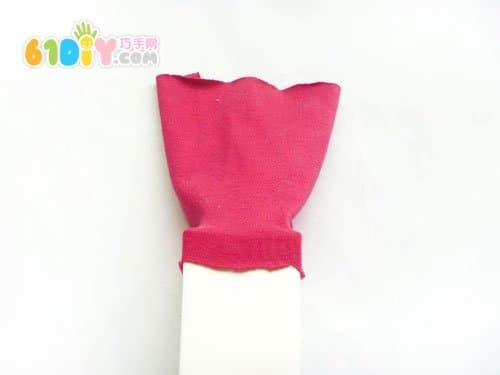 剪一块长方形的布;纸盒贴一层双面胶,把布绕纸盒一圈粘贴好.