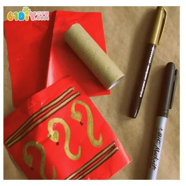 把纸筒用红纸包好,用毛线串成串