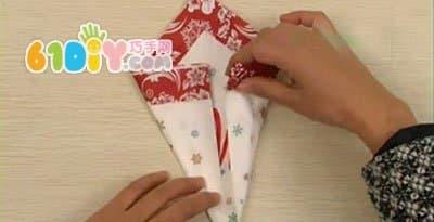 首页 益智折纸 动物折纸 鸟折纸       1,把餐巾折叠成四等份,平铺在