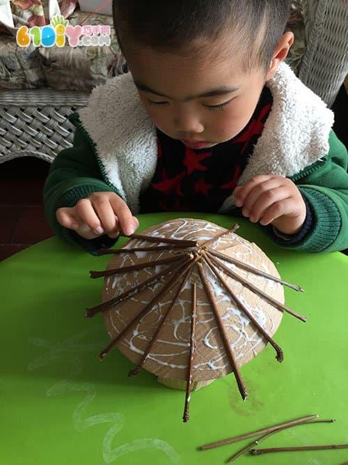亲子手工 废纸板树枝制作小房子
